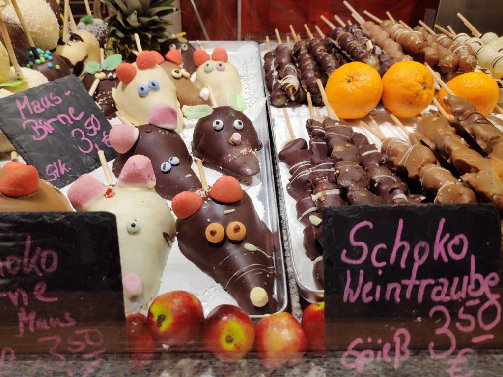 veganes Essen auf Weihnachtsmarkt - dunkle Schokolade